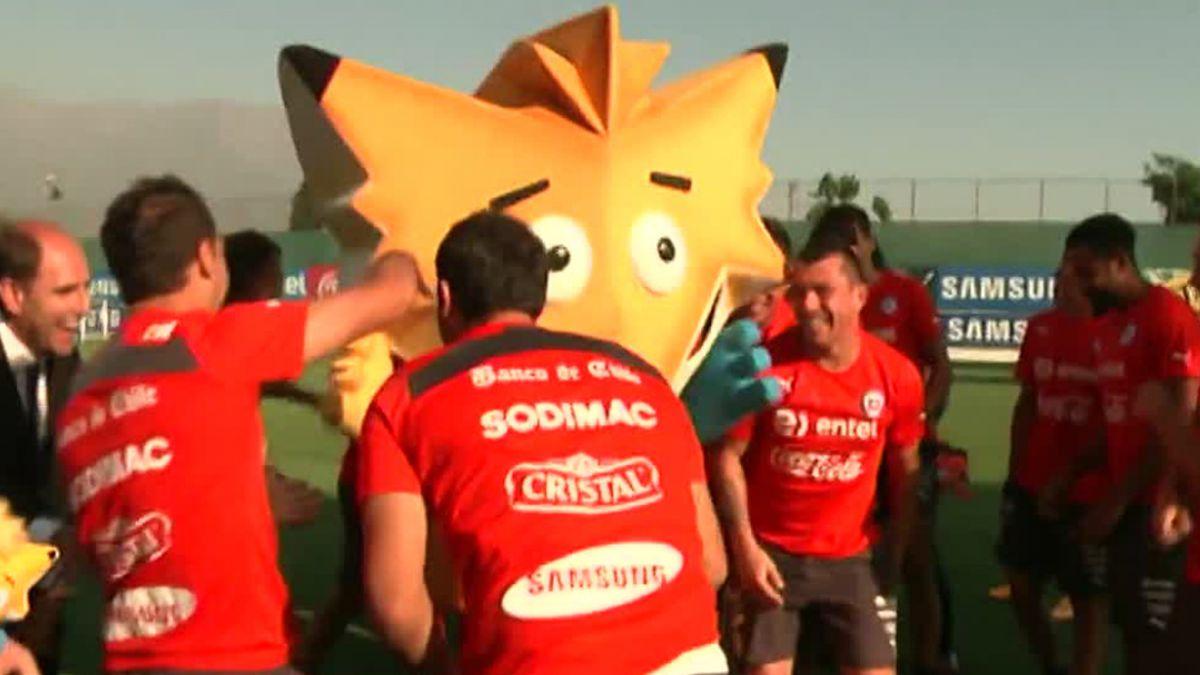 [VIDEO] Jugadores de la Roja le dan la bienvenida a la mascota oficial de la Copa América