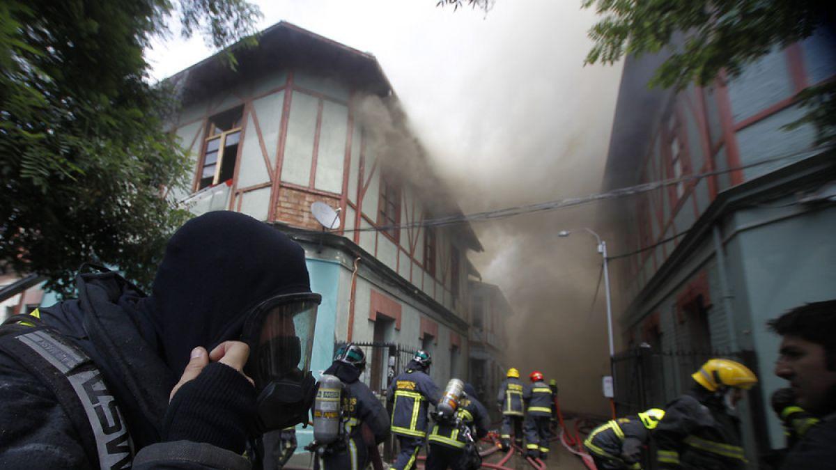 17 viviendas afectadas y dos bomberos heridos por incendio en Santiago