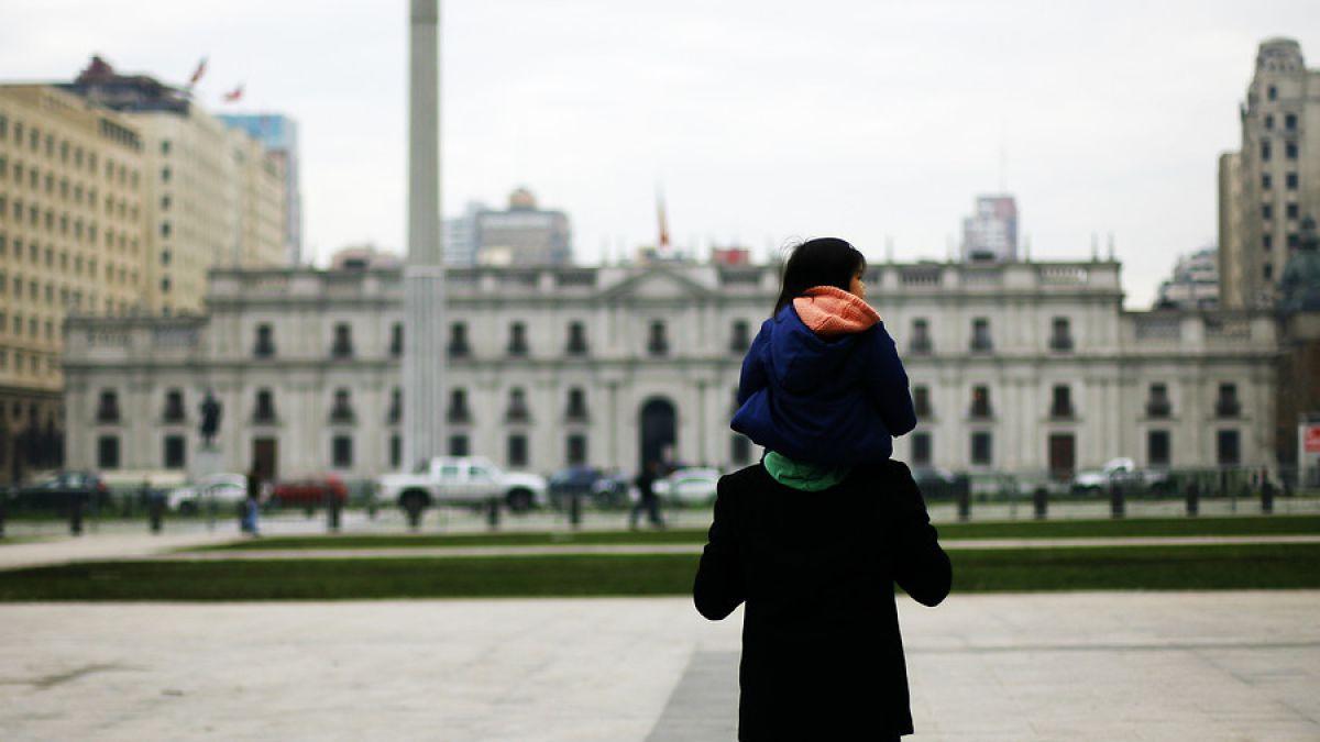Bicentenario UC: Tiempo dedicado a hijos es la mayor insatisfacción para padres en Chile