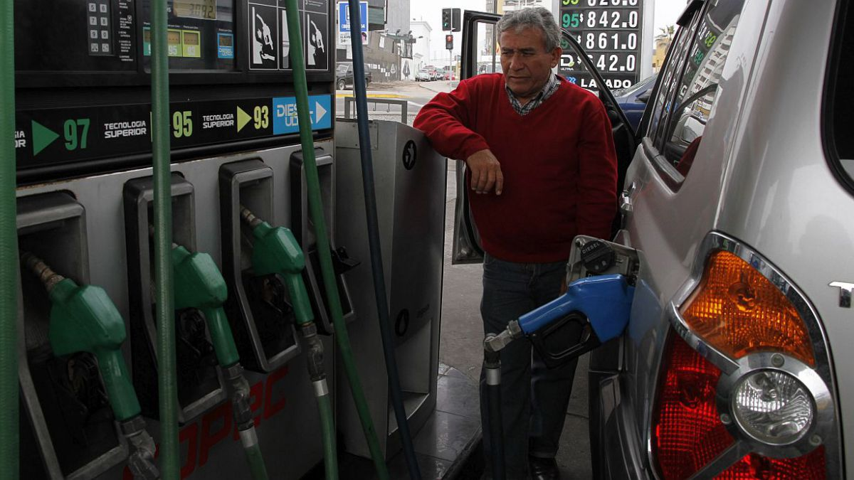 Precio de las bencinas baja 5,4 pesos desde este jueves
