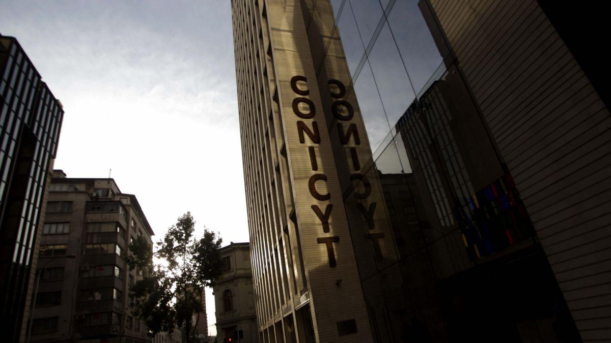 Estudiantes e investigadores de postgrado denuncian deficiente gestión de Conicyt