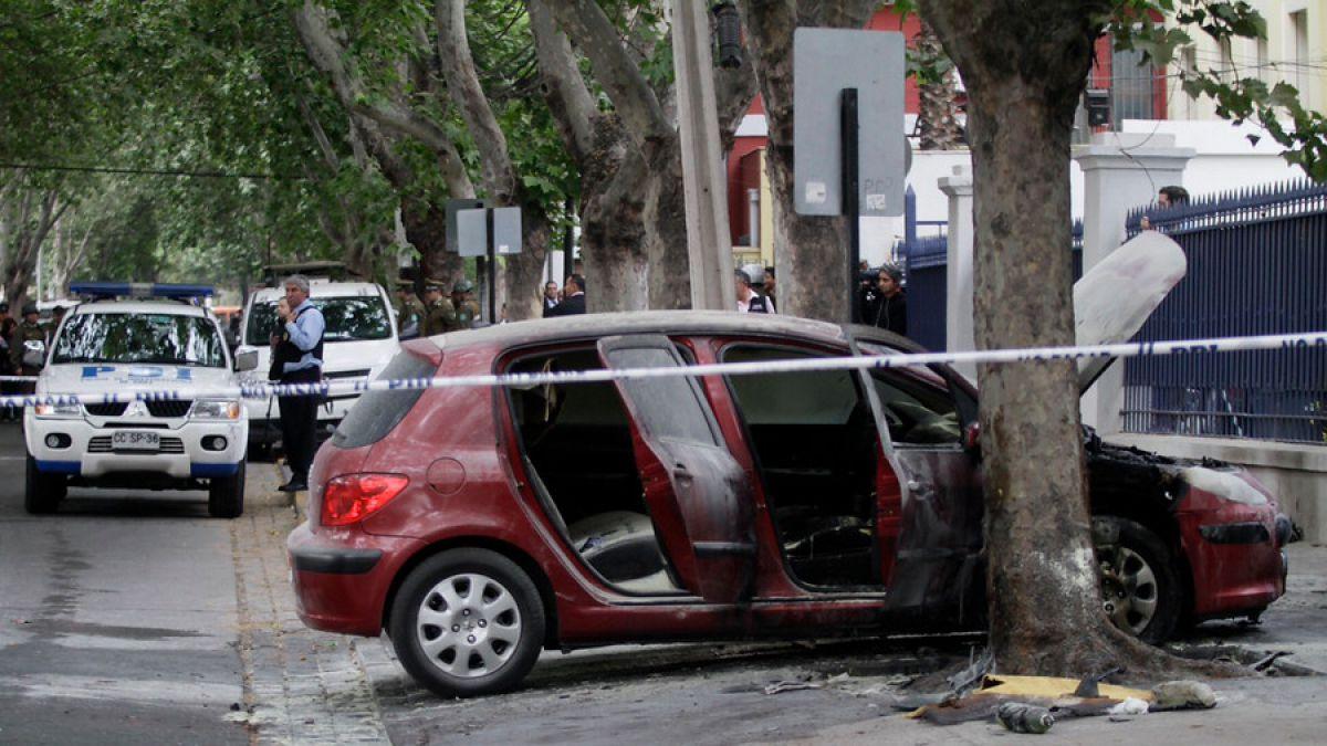 Cinco bombas molotov y quema de auto en ataque incendiario a cuartel de la PDI