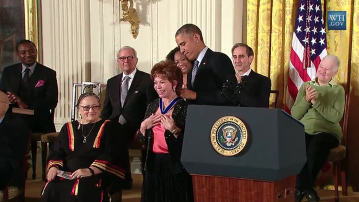 Escritora Isabel Allende recibe medalla de la Libertad de Estados Unidos