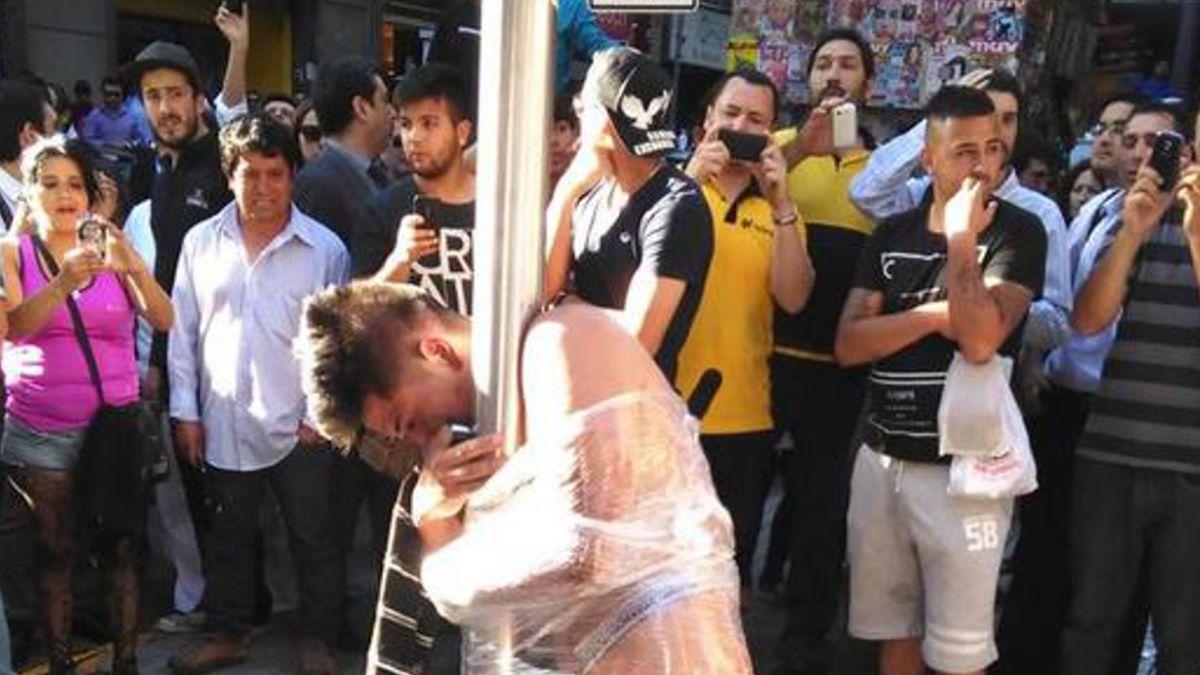 Polémica generan imágenes de delincuente desnudado por la gente tras intento de robo en Santiago