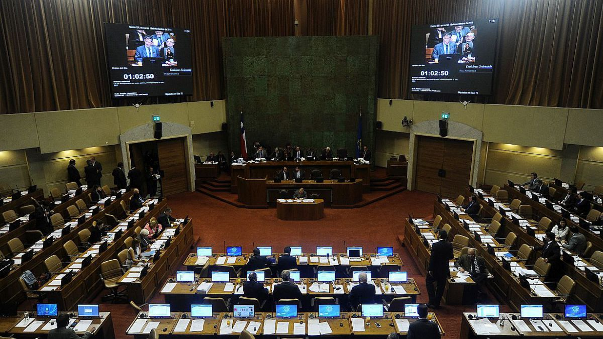 Políticos se confrontan por propuesta para instaurar reelección presidencial