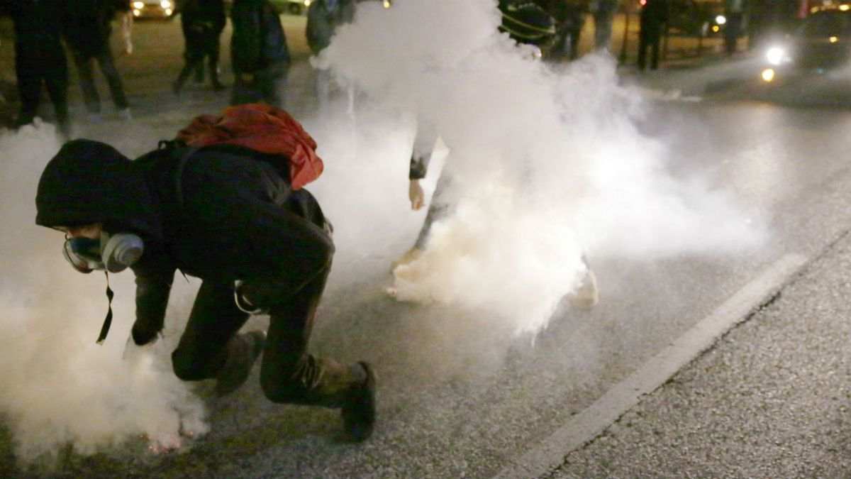 Detienen a 15 personas y cierran centro comercial debido a nuevas protestas en Ferguson