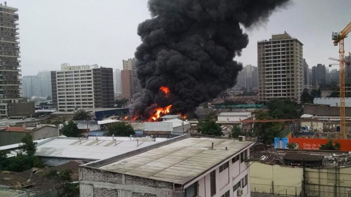 Bomberos controla incendio que afectó a bodega en Santiago Centro