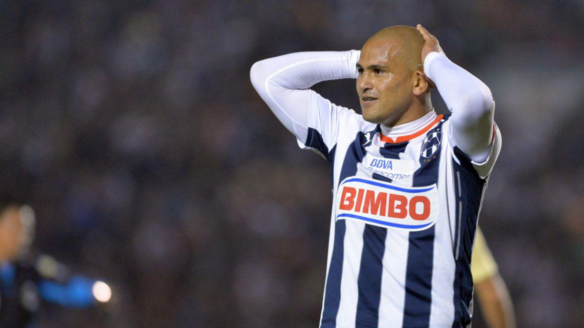 En México creen que Suazo deja Monterrey tras abandonar la cancha llorando