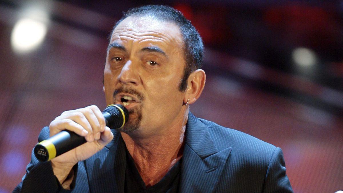 Cantautor italiano fallece en pleno concierto tras pedir disculpas