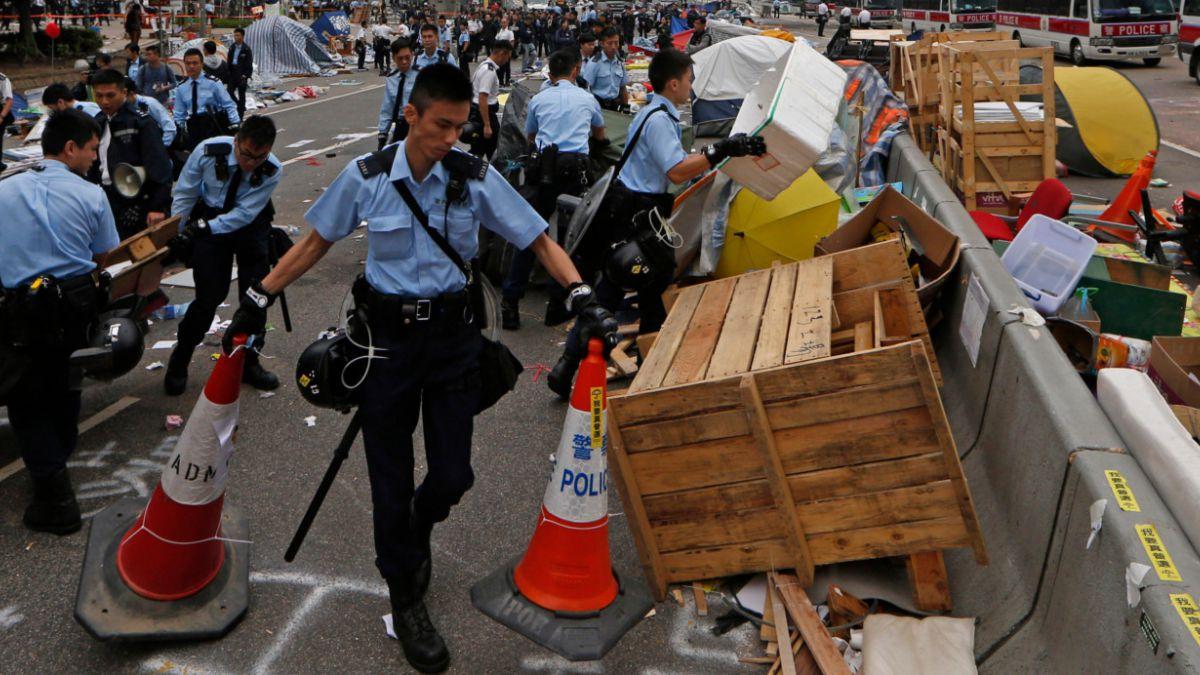 Desalojan principal campamento de manifestantes en Hong Kong