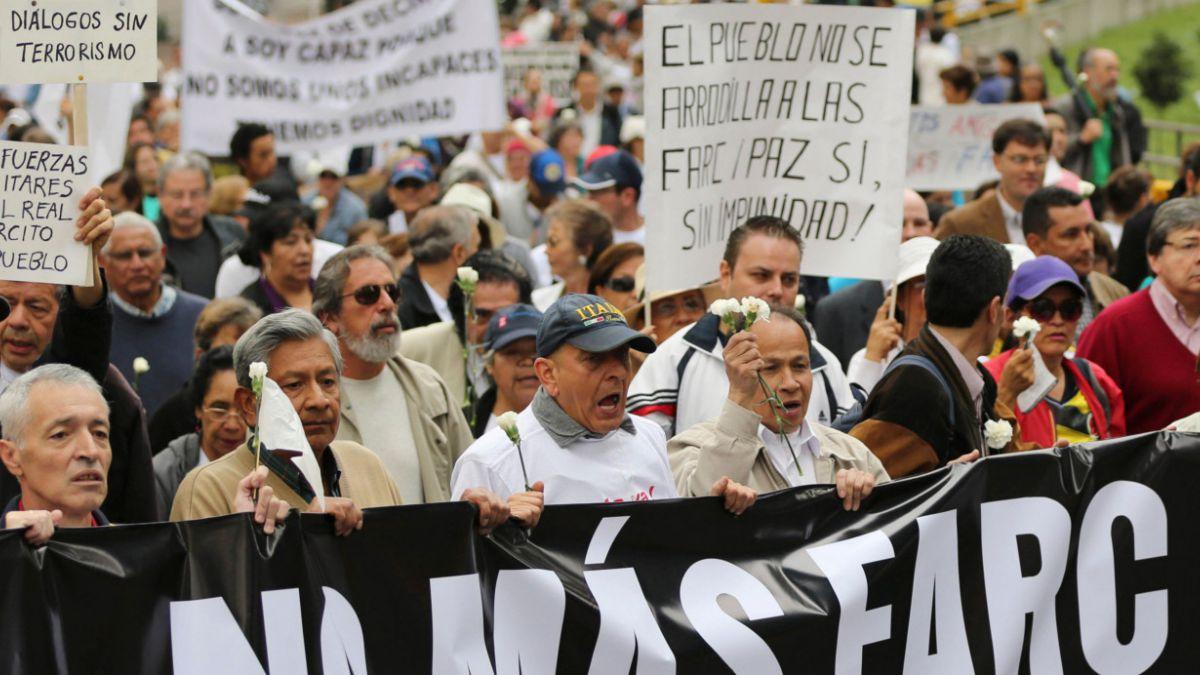 Colombianos marchan en protesta por eventual amnistía para las FARC