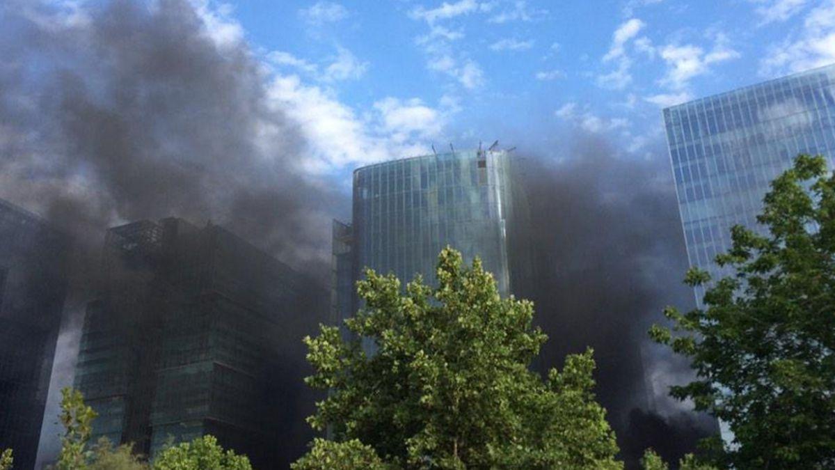Incendio afecta inmediaciones del Parque Araucano de Las Condes