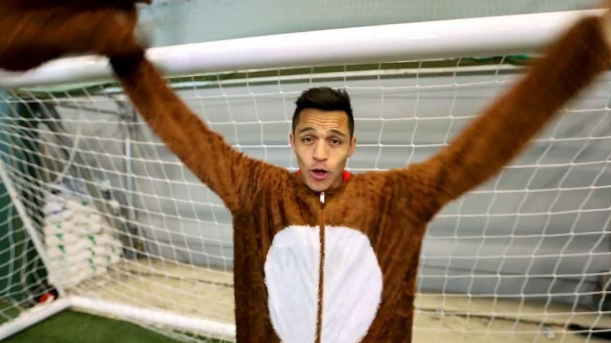 [VIDEO] Alexis Sánchez sorprende en el Arsenal disfrazado de un reno