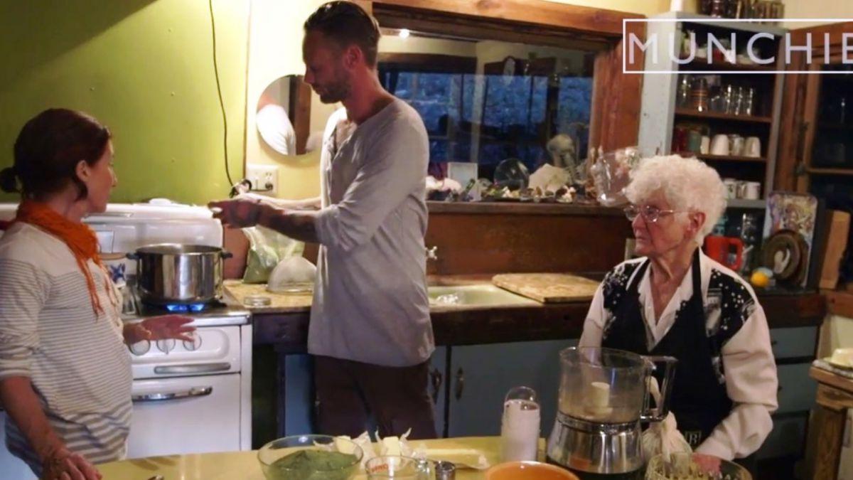Abuela de 91 años conducirá el primer programa de cocina con marihuana