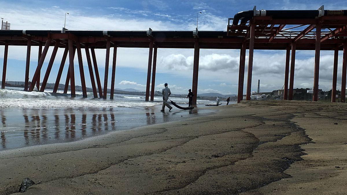 Pescadores de Quintero demandan por $ 4 mil millones a ENAP