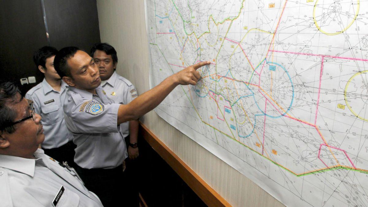 Búsqueda del avión desaparecido de AirAsia es suspendida hasta mañana por falta de luz