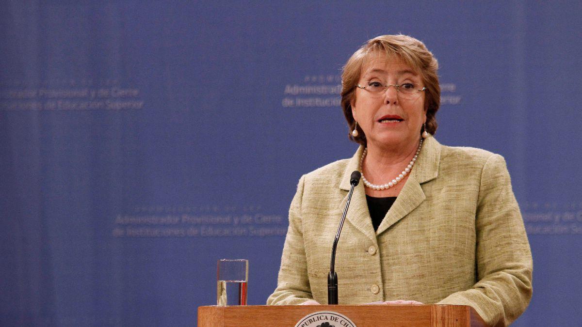 Presidenta Bachelet cancela viaje al Vaticano por lesión de Cristina Fernández