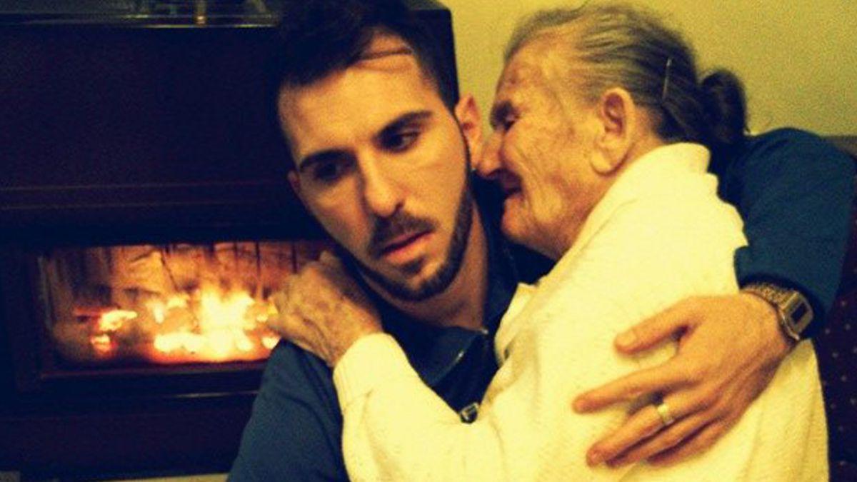 La historia tras la fotografía de un joven con su abuela que se volvió viral