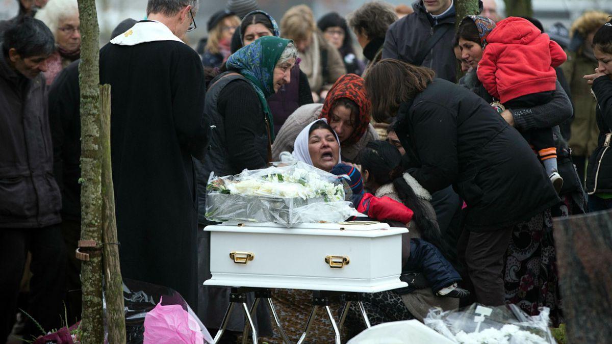 Indignación en Francia por ciudad que se negó a enterrar a bebé gitana