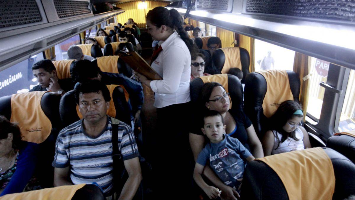 Las recomendaciones que deben conocer los usuarios de buses y aviones