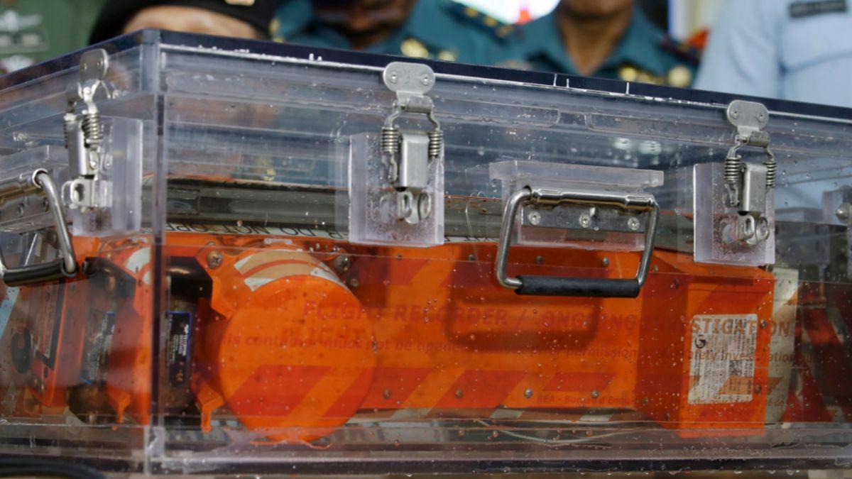 Indonesia: Buzos recuperan una caja negra del avión de AirAsia