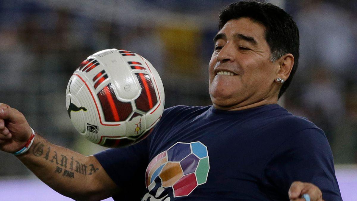 """Maradona sostiene que Argentina no puede perder """"ni a las bochas"""" con Chile"""