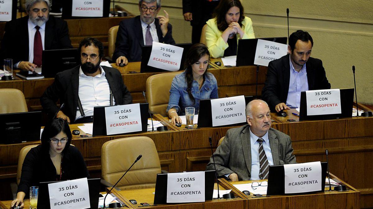 [FOTOS] Diputados se confrontan con carteles por caso Penta y vacante del Minsal