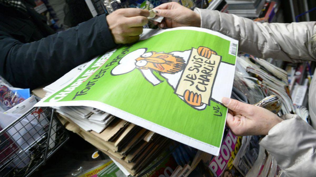 Charlie Hebdo vuela de los kioscos en Francia en relanzamiento tras atentado