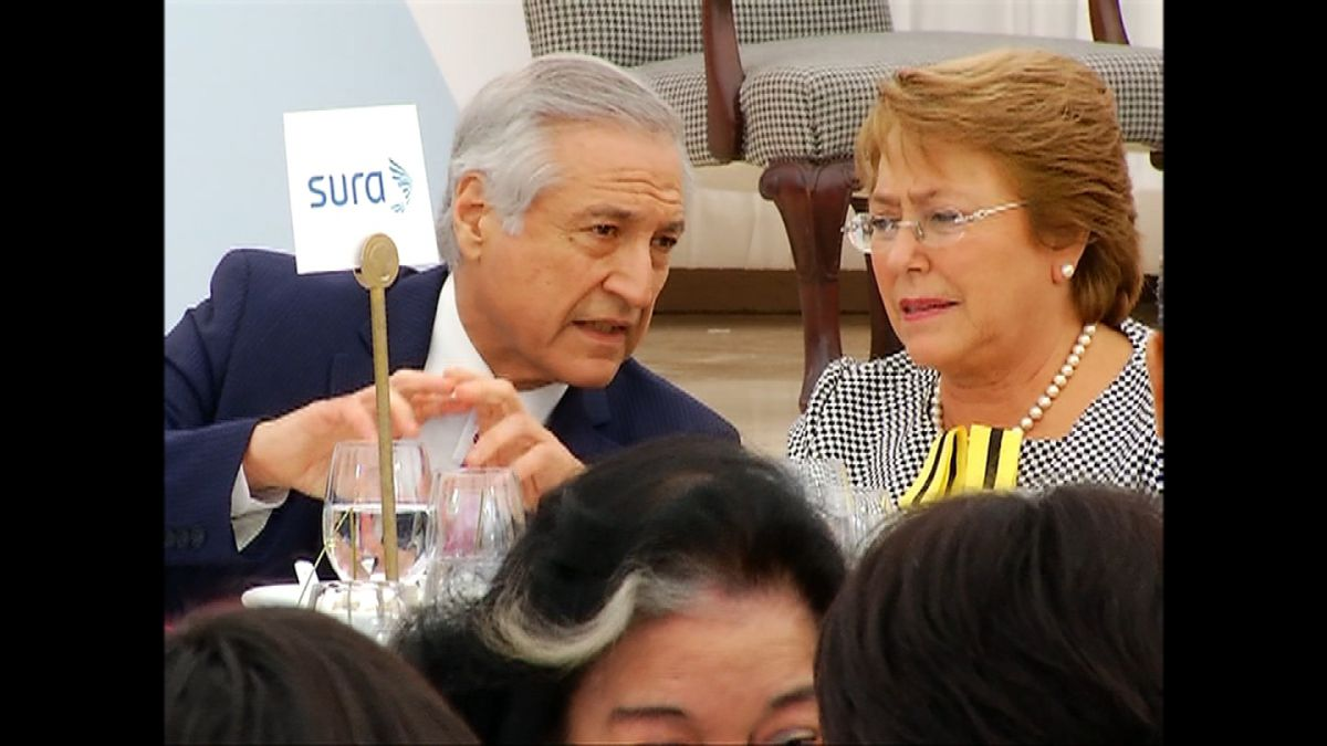 Las contradicciones de Paredes: ¿había o no extranjeros en la cena por Bachelet?