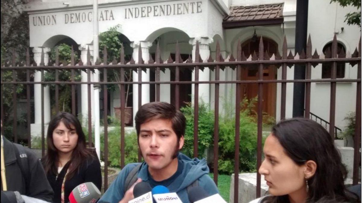 Caso Penta: Estudiantes protestan en la UDI y piden inhabilitación de parlamentarios