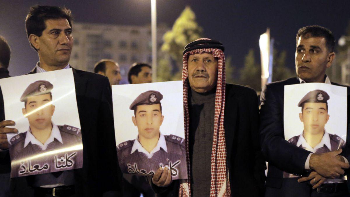 Estado Islámico asegura que quemó vivo a piloto jordano capturado