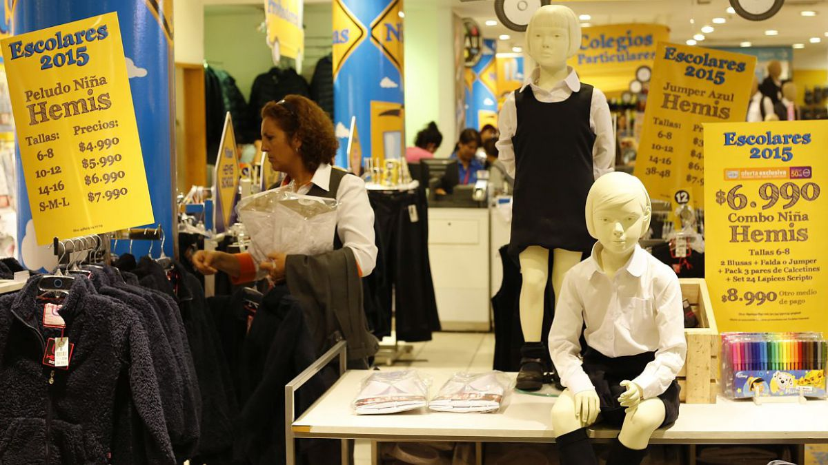Sernac detecta diferencias de $ 39 mil en compra de uniformes escolares con tarjetas de crédito
