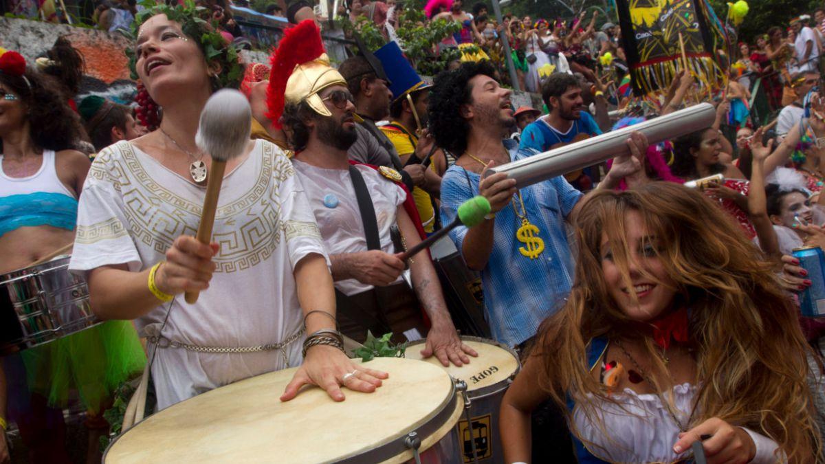 [Videos] Río olvida la crisis económica y se toma las calles con su carnaval