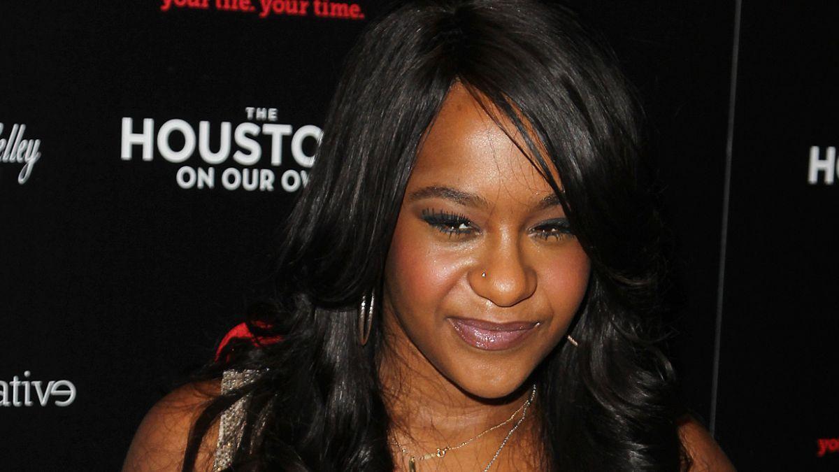 Hija de Whitney Houston es hallada inconsciente en su bañera