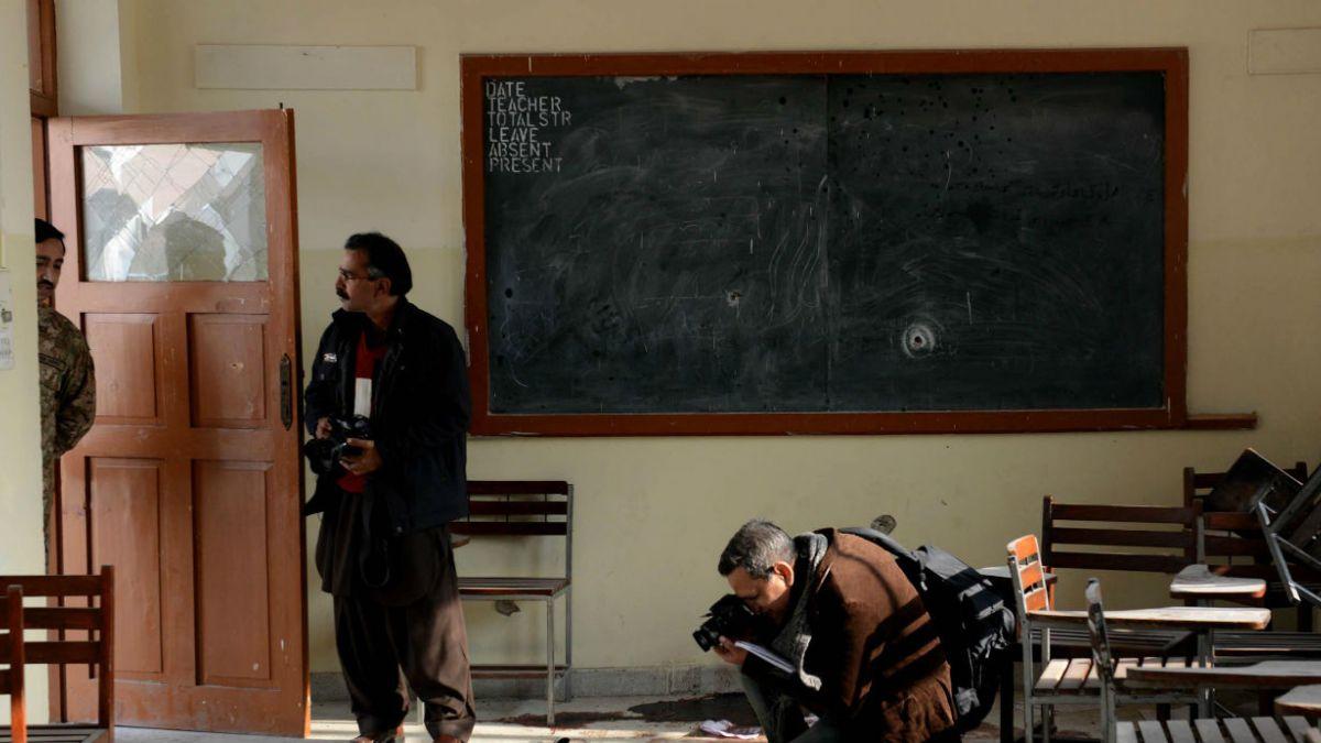 Pakistán, el país donde los profesores van armados a clase