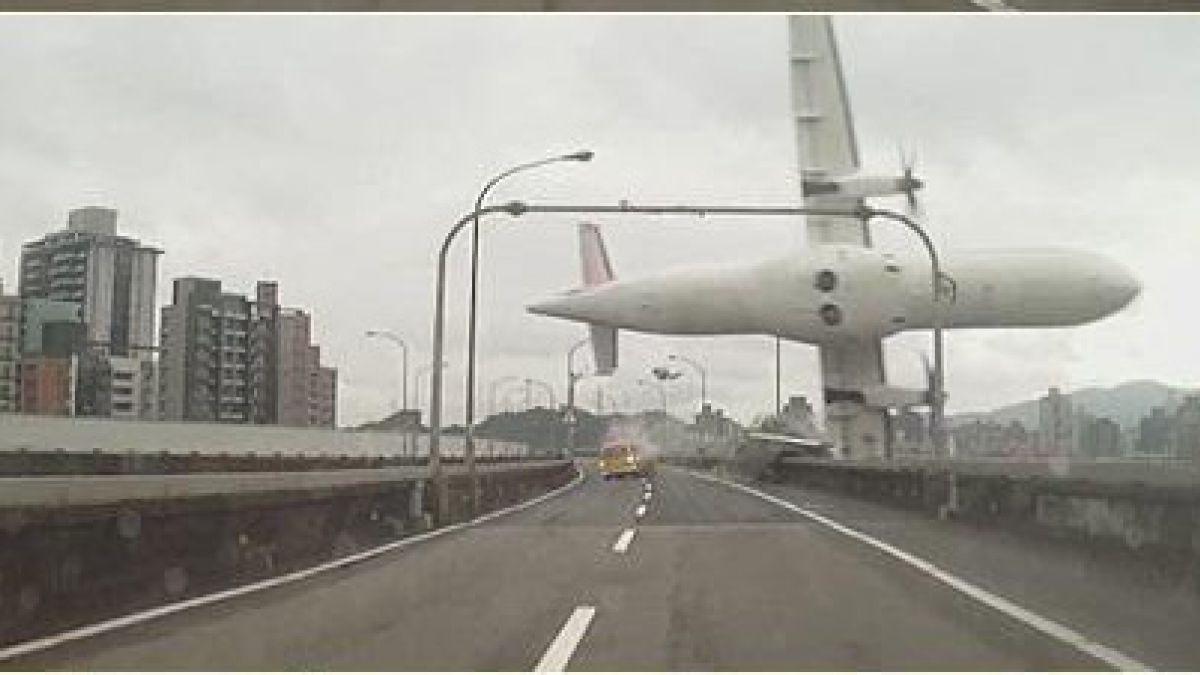 [VIDEO] Impresionantes imágenes de la caída de avión en Taipei