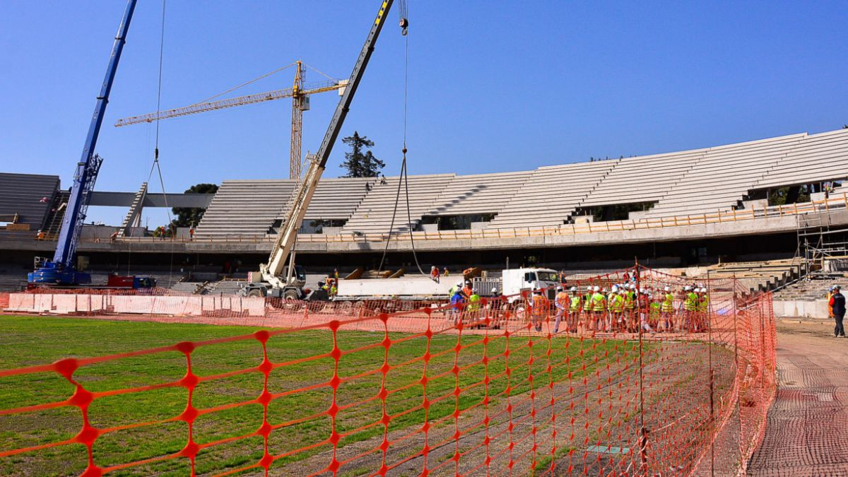 Hongo daña pasto y retrasa aún más la entrega del estadio de Concepción