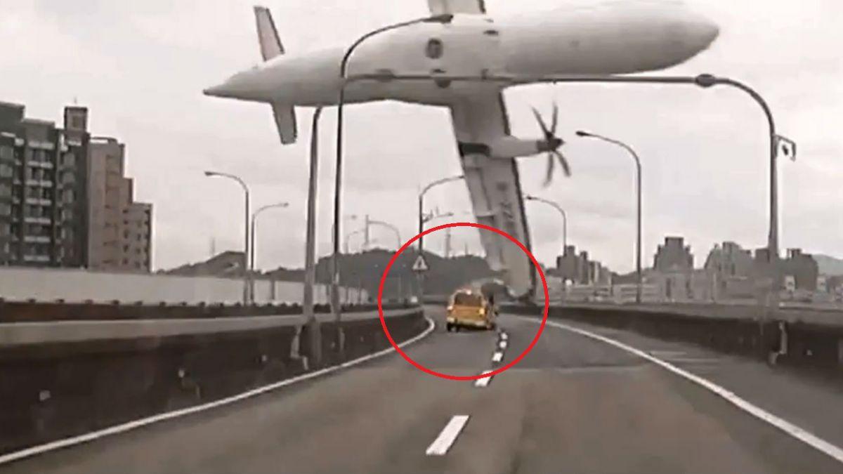 Cómo quedaron el taxi y el taxista chocados por el avión en Taiwán
