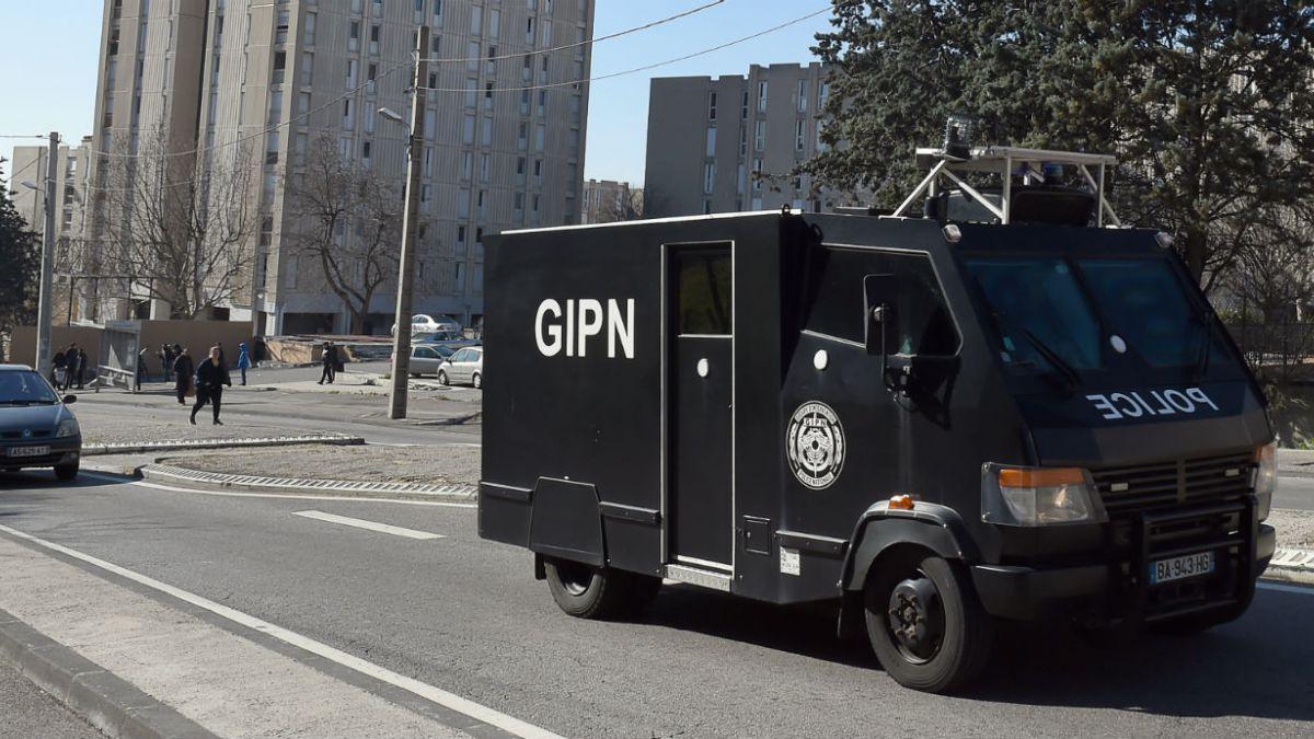 Encapuchados disparan con rifles a la policía francesa en Marsella