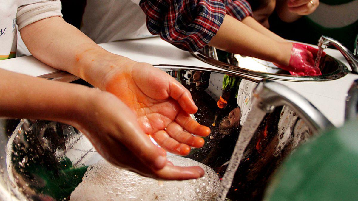 Qué tan peligroso es no lavarse las manos tras ir al baño