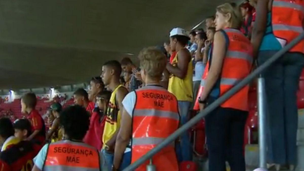 Madres de barristas son contratadas como guardias de seguridad en Brasil
