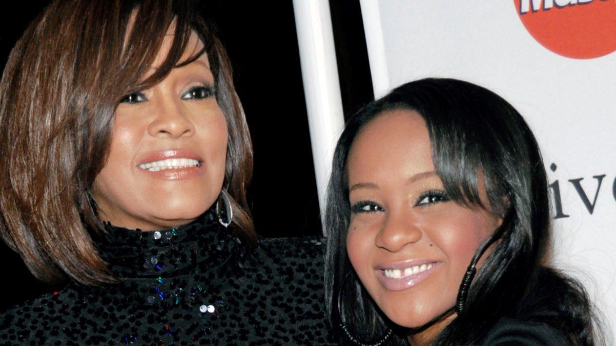 Familia de la hija de Whitney Houston graba reality show mientras ella está hospitalizada