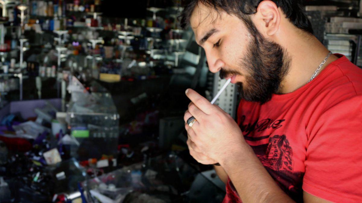 Parlamento británico aprueba ley que prohíbe fumar en autos con niños