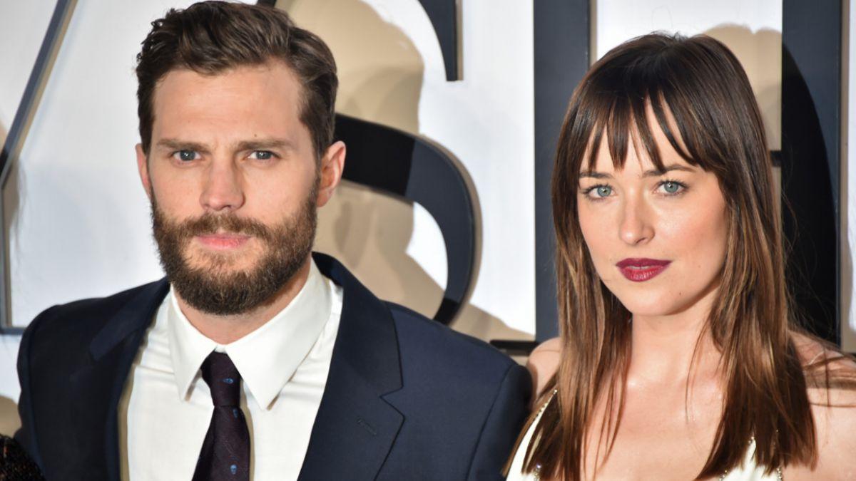 """Protagonista de """"50 sombras de Grey"""" impacta durante aparición en alfombra roja"""