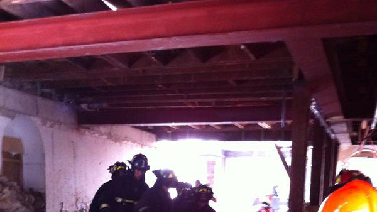 Bomberos rescata a trabajador caído en construcción de Santiago Centro