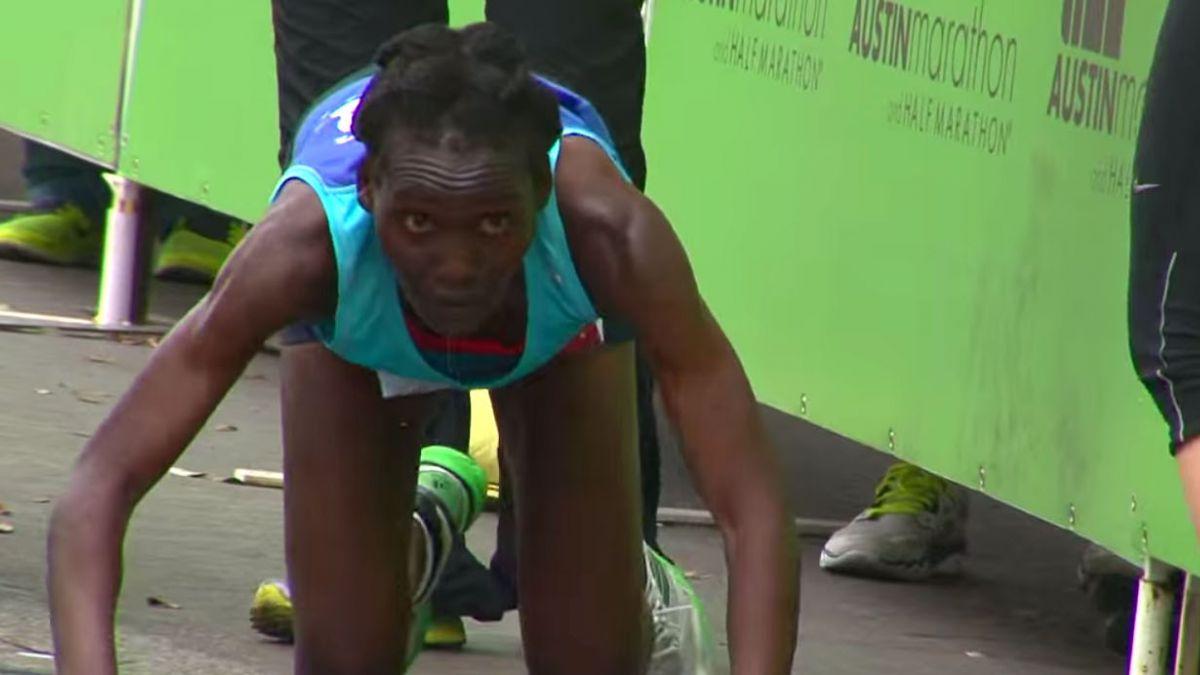 [VIDEO] La conmovedora historia de la maratonista que terminó la carrera gateando