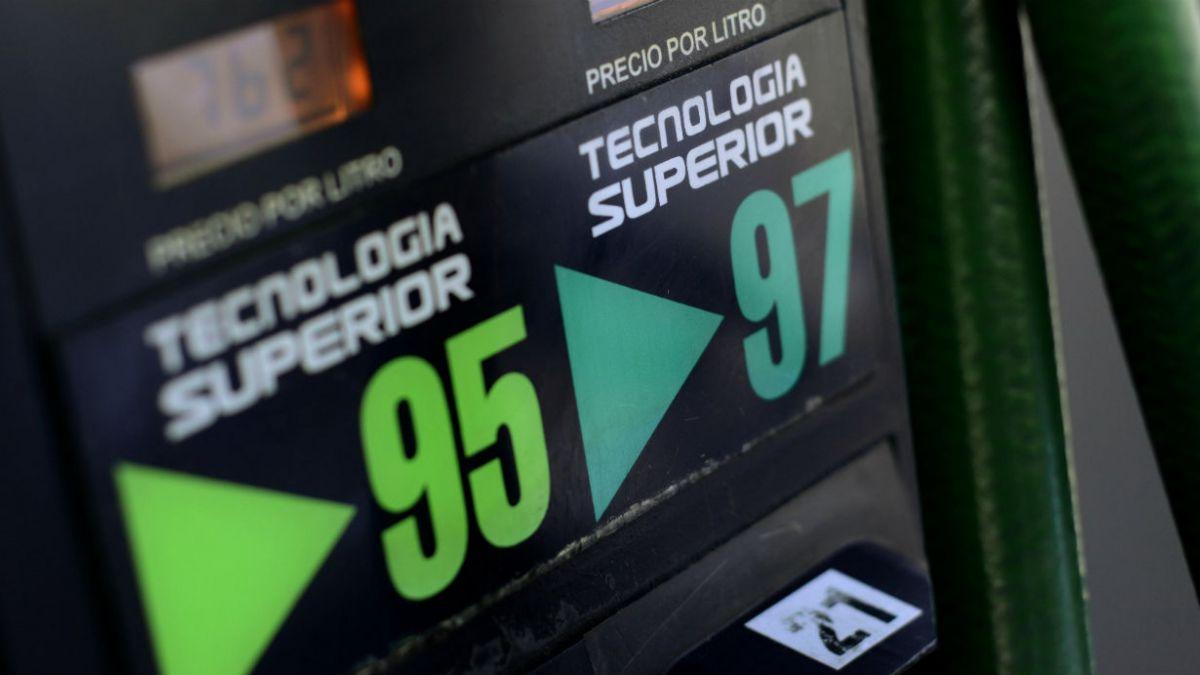 Bencinas experimentarán baja de $5,4 por litro este jueves