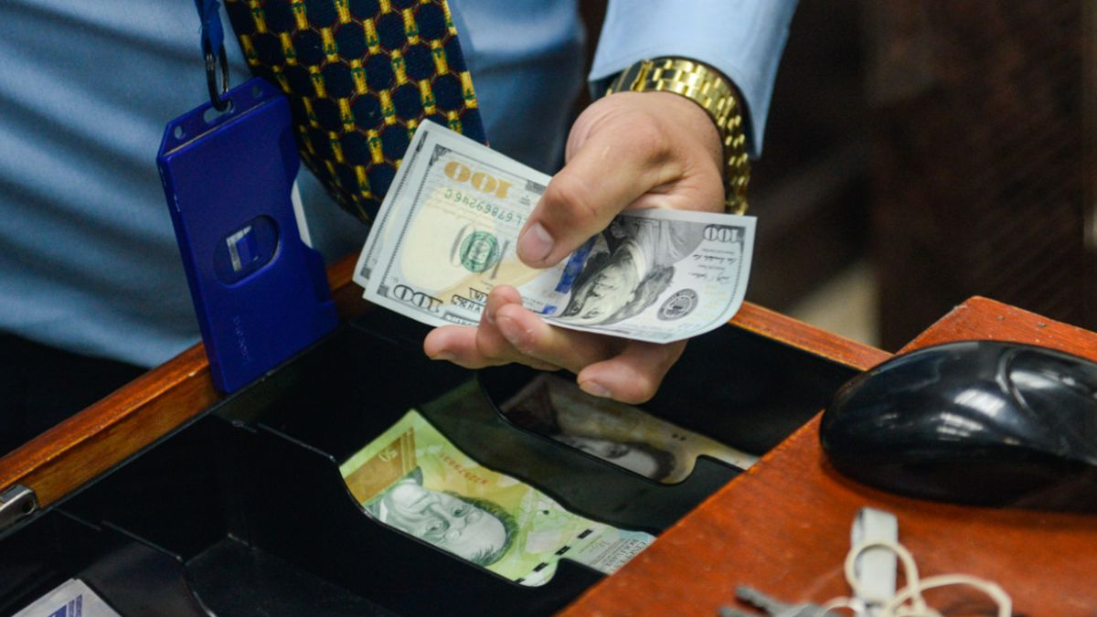 Venezolanos compran dólares en efectivo por primera vez en 12 años