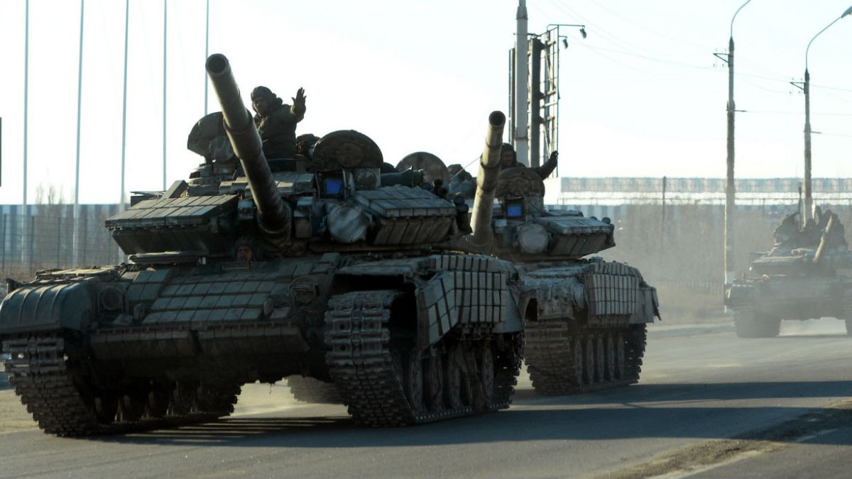 Soldados ucranianos y rebeldes prorrusos acuerdan retirar armas pesadas