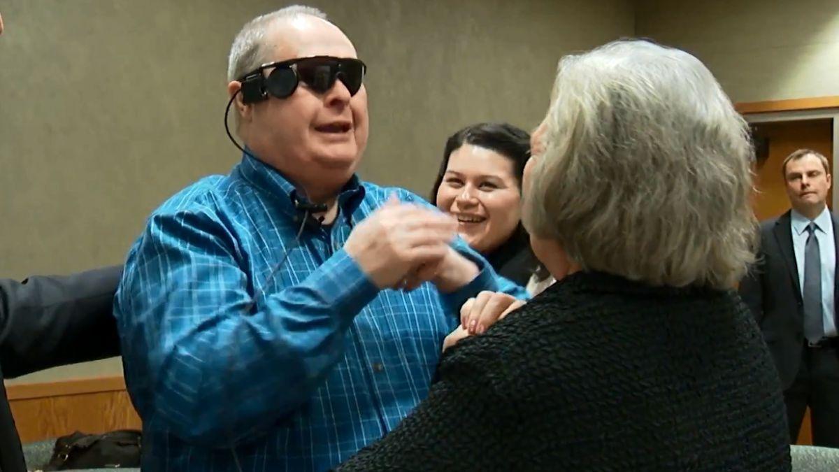 Ojo biónico devuelve la visión a hombre después de 10 años